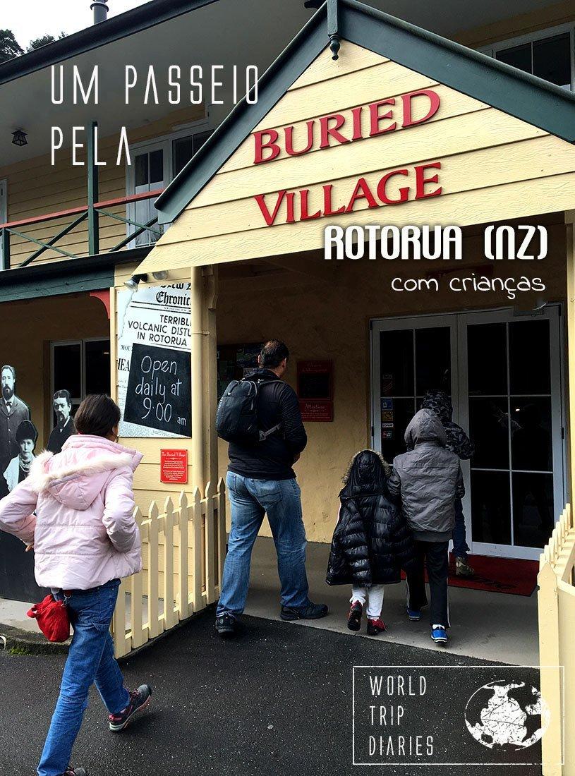 A família entrando no museu The Buried Village of Te Wairoa (Vila Enterrada de Te Wairoa), que conta a história da vila que foi enterrada pela erupção do vulcão de Rotorua, NZ. Clique para saber mais!