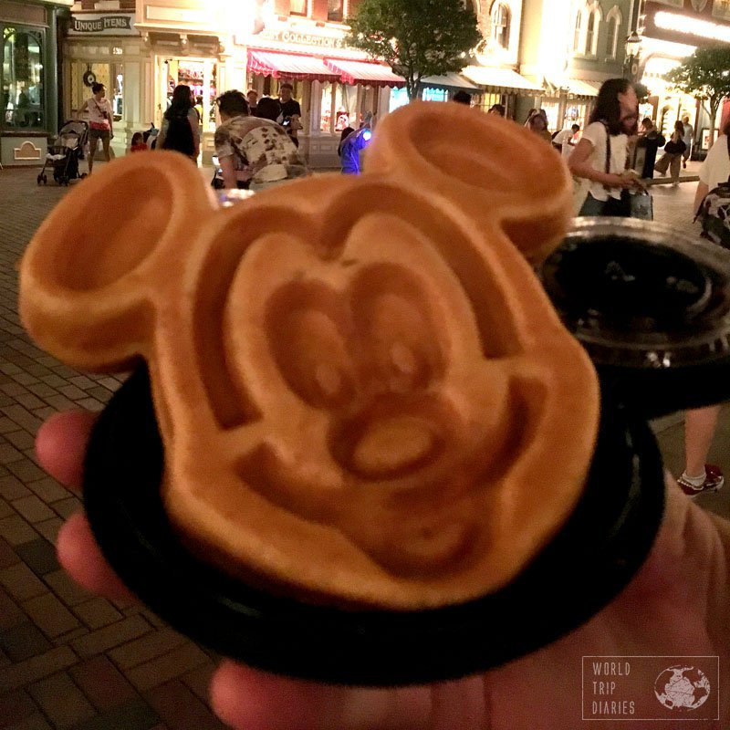 Fancy eating some Mickey head? Look no more. Hong Kong Disneyland has these Mickey waffles that were a hit amongst my kids.