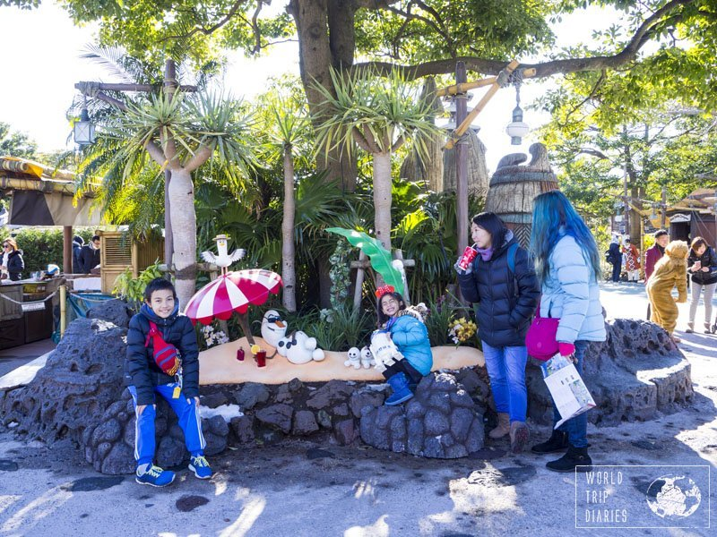 Winter celebrations in Disneyland Tokyo had lots of Frozen specials. It meant Olaf and Sneezies everywhere! Finding them was a lot more fun than finding hidden Mickeys! Click to know more!