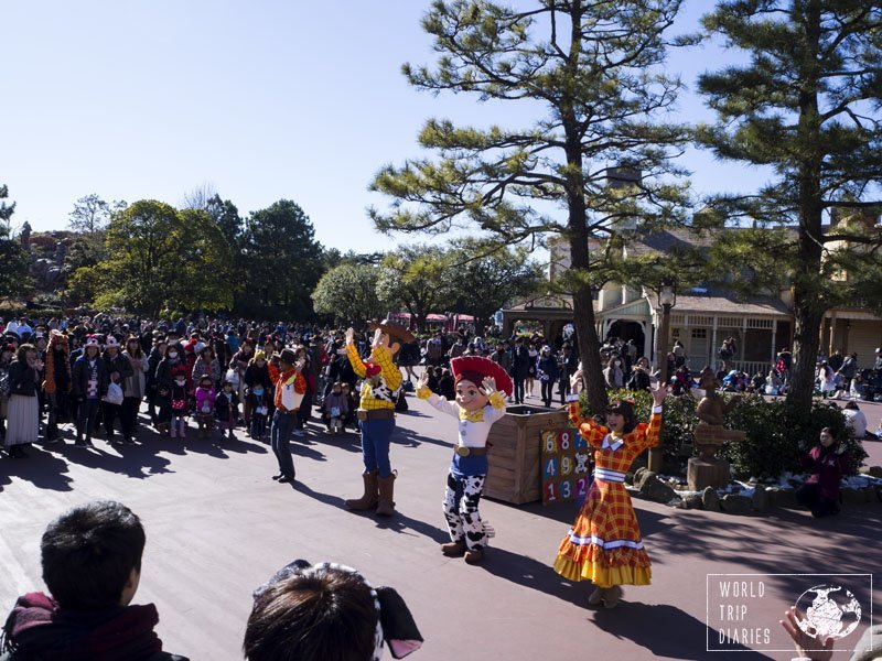 Woody and Jesse's mini show in Tokyo Disneyland. They danced, sung, played with the crowd, and even took photos and shook hands. Click to know more!