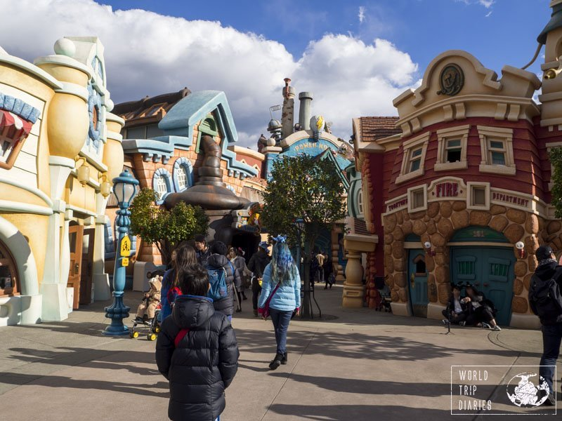 The kids entering Toontown, in Disneyland Tokyo, where everything looks like inside a cartoon! Lots of fun!