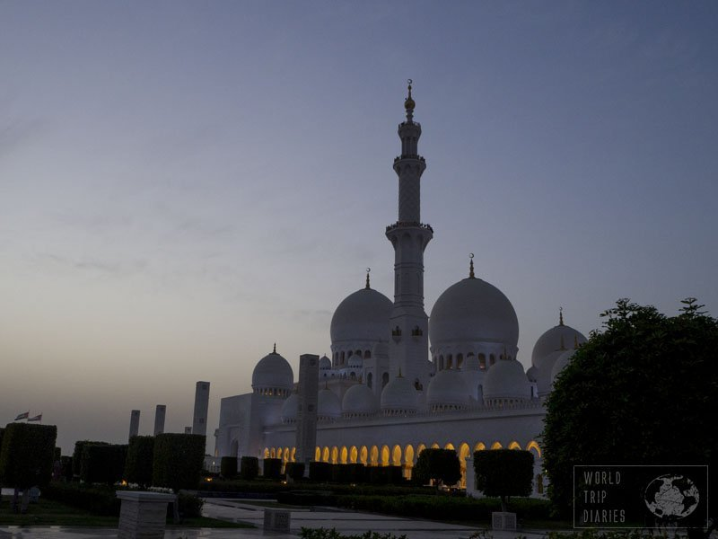 A tip for those planning to visit the Grand Mosque Sheikh Sayed is to visit it a bit before sunset, so you enjoy it during the day, during sunset, and at night. It's very different and just as beautiful!