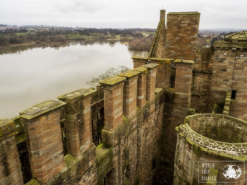 Linlithgow Palace's ruins aren't of too much importance, but look at it! Right beside Loch Linlithgow, it's the most beautiful I've seen. I'm very glad we decided to visit it! Click for more!